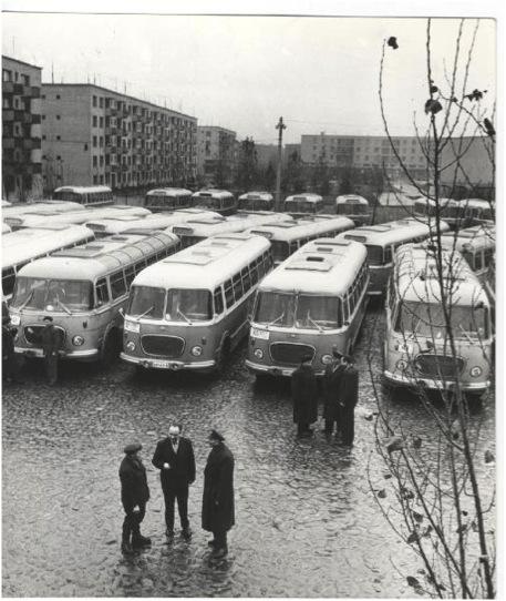 O autobaza cu mijloace de transport in comun. Probabil prin anii 60.