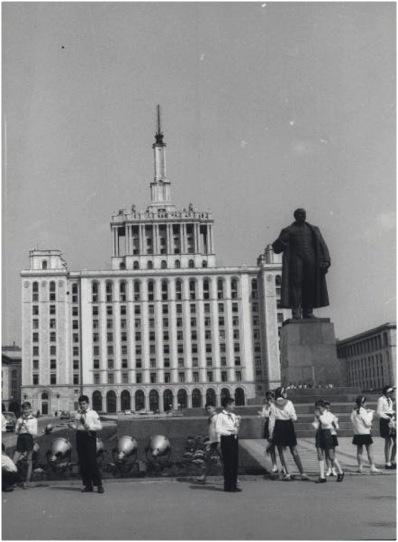 Casa Scanteii cu statuia lui Lenin inconjurata de pionieri