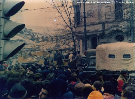 Cladiri distruse in Piata Rosetti. De remarcat numarul civililor adunati sa priveasca operatiunile de salvare dar si militarii catarati pe muntii de moloz.