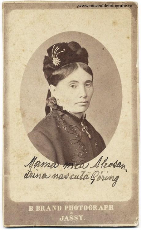 """Alecsandrina Goring fotografiata de B. Brand la Iasi. Pe imagine este notat: """"Mama mea Alecsandrina nascuta Goring"""""""