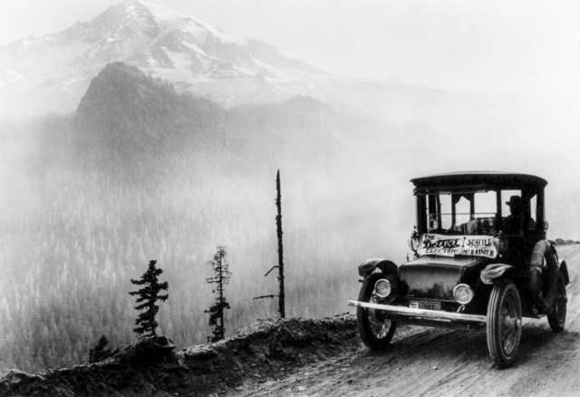 cca. 1920 - O mașină electrică Detroit pe un drum de munte între Seattle și Mount Rainier, Washington