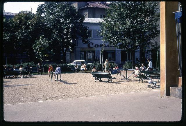 Copii care se joacă într-un parc. București 1971