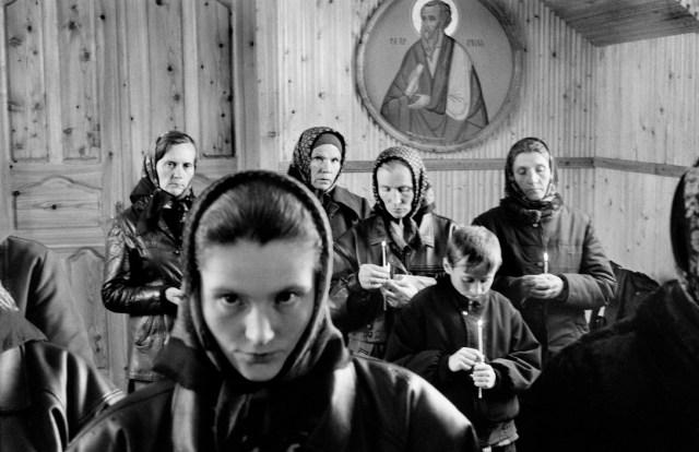 Femei bucovinence de credință ortodoxă participă la o slujbă religioasă