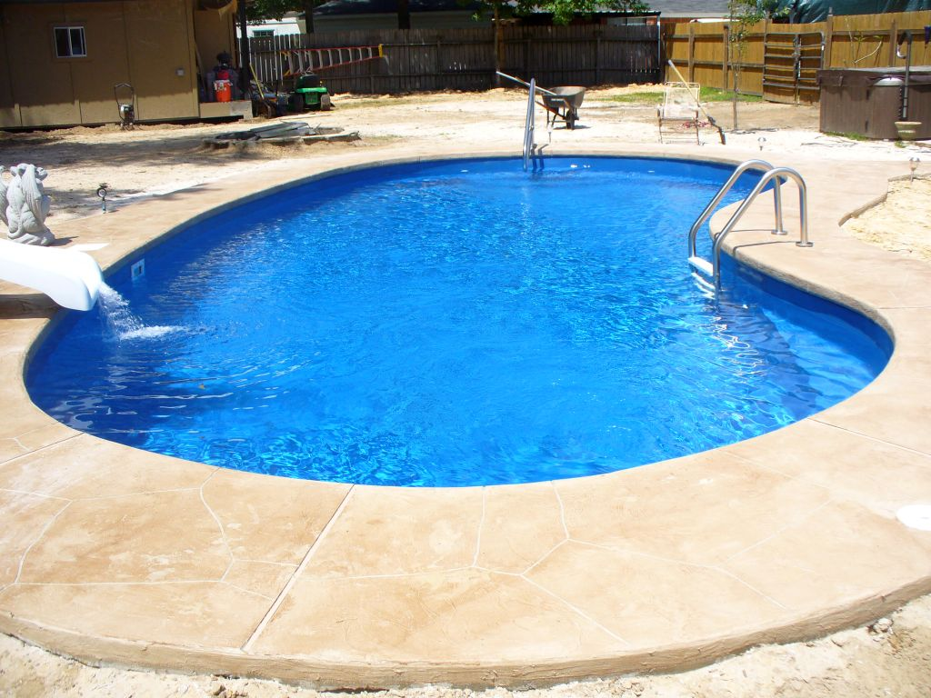 Kidney shaped swimming pools for small back yard for Images of kidney shaped pools