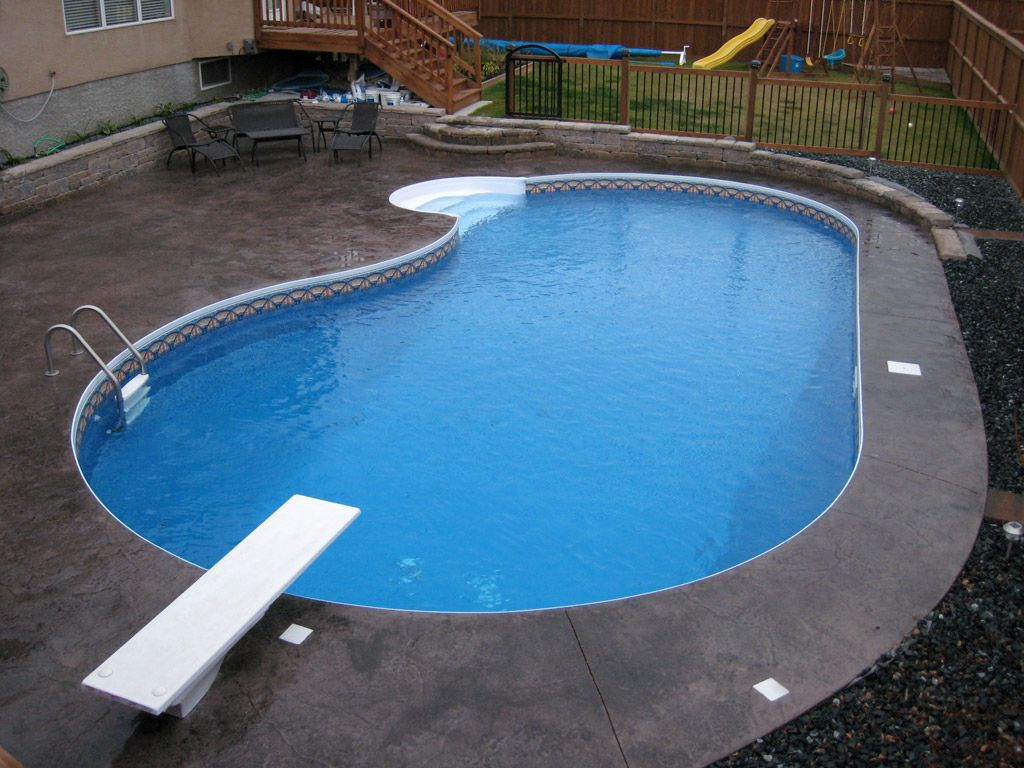 Kidney shaped swimming pools with flat bed for Images of kidney shaped pools