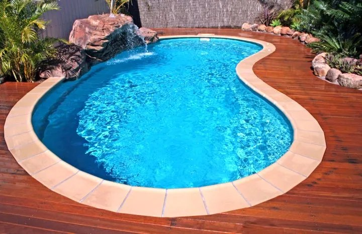 Small kidney shape pool with wooden deck for Kidney shaped above ground pool