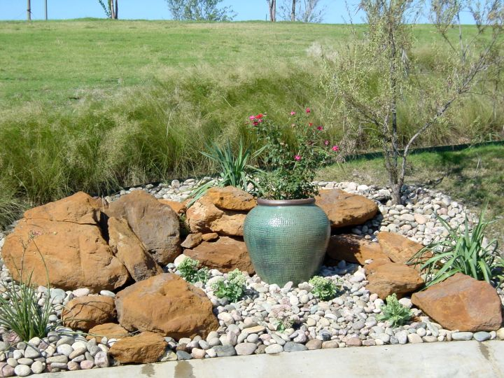 18 simple small rock garden designs for Garden designs with rocks