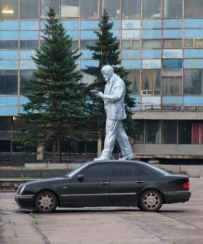 Amazing Car & Statue Photographic Illusion