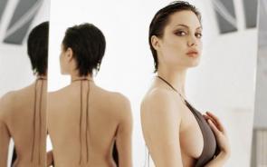 NSFW – Angelina Jolie Sideboob
