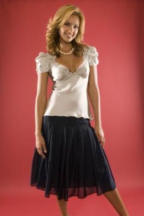 Jessica Alba – White Top and Pearl Necklace