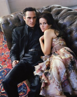joaquin phoenix and reece witherspoon on a couch – walk the line promo