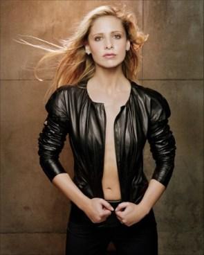 Sarah Michelle Gellar – Black jacket (no bra)