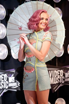 katy perry with a parisol