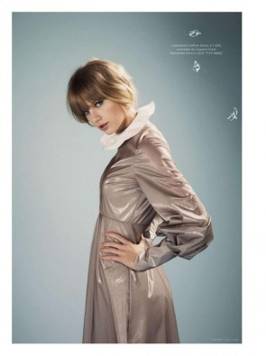 Taylor Swift in a rainsuit