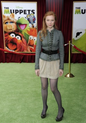 molly quinn with her knee cocked