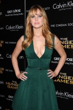 Jennifer Lawrence – Green Hunger Games Dress (21).jpg