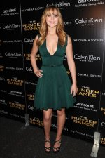 Jennifer Lawrence – Green Hunger Games Dress (4).jpg