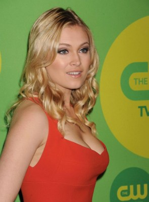 Eliza Taylor – popping out
