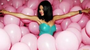 Selena has smooth armpits