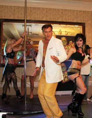 Bruce Campbell dancing at comicon
