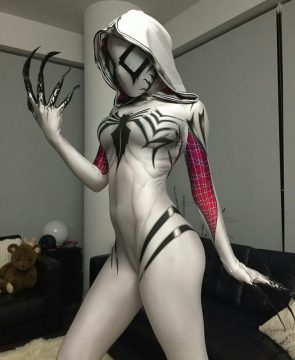Gwenom Cosplayer with claws