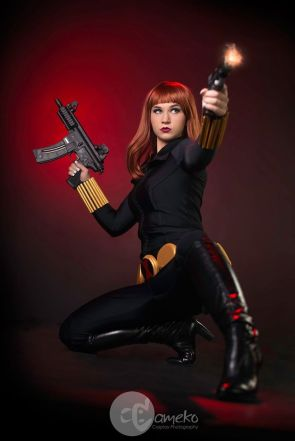 black widow cosplay with two guns