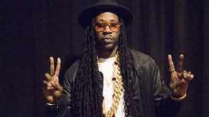 2chainz holds up 4 fingers