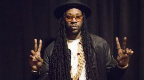 2chainz holds up 4 fingers.jpg