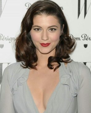 Mary Elizabeth Winstead has wonky eyes