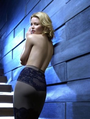 elizabeth banks with no top on