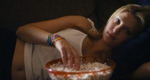 Zoe Levin eating popped corn