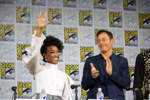 Sonequa Martin-Green gives the Vulcan salute at SDCC 2017
