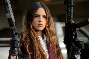 Eiza Gonzalez holding two guns in Baby Driver