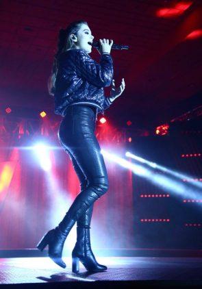 Hailee Steinfeld in leather pants