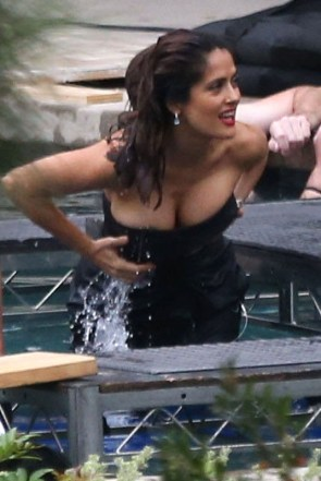Salma-Hayek-Cleavage-on-the-set-of-a-photoshoot-la-kanoni-8.jpg