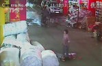 2-year-old-chinese-girl-ran-over-twice-ignored-by-18-passersby-04.jpg