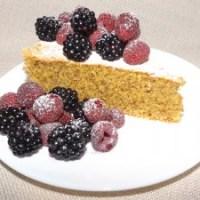 Кейк с бадемово брашно и горски плодове