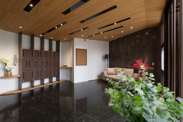 Concentrated residence the lobby to improve low ceiling design by HOZO interior design