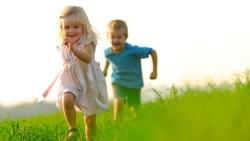 kids-happy-boy-girl-grass-running-photography-1920x1080