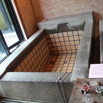 Hot spring bathtub