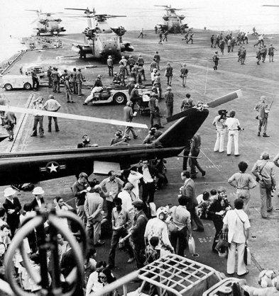 Soms was het een gecontroleerde chaos op het vliegdek van de USS Midway. Meer dan 3000 vluchtelingen op iets meer dan 24 uur.