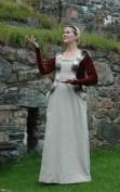Damdräkt. 1300-tal. Särk, mellanklänning, surcote och hårnät.