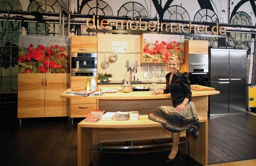 Erfolgreiches Jahr: Die fränkische Weinkönigin Melanie Unsleber in der Kochshow bei den Möbelmachern