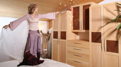 Ein Schlafzimmer mit Türfüllungen aus Rindentuch und Simone als Fee