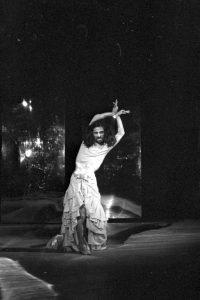土方巽(暗黒舞踏派結成11周年記念「土方巽と日本人―肉体の叛乱」) 日本青年館 1968年10月9日か 写真:羽永光利