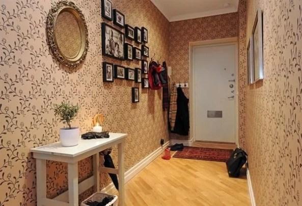 gelsvai rudi tapetai koridoriuje