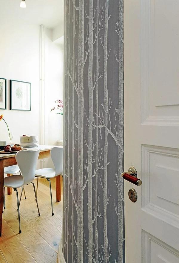 medžių motyvas tapetuose ant lektos sienos kambario interjere