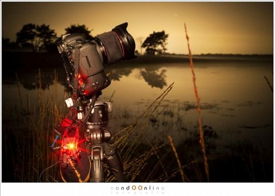 De camera setup tijdens het fotograferen, met de dew-heater om het objectief