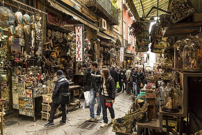 Napoli: vigile occupa spazio invalidi, cittadino protesta e viene aggredito