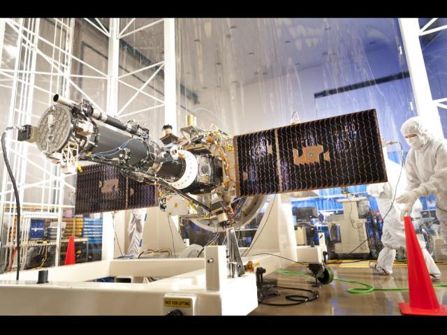 Το πλήρως ενσωματωμένο μέσο διαστημόπλοια και επιστήμη για Interface Region Imaging της NASA φασματογράφο (IRIS) αποστολή δει σε ένα καθαρό δωμάτιο στο Lockheed Martin Space Systems Σάνιβεϊλ, Καλιφόρνια εγκατάσταση.  Οι ηλιακές συστοιχίες αναπτυχθεί στη διαμόρφωση που θα αναλάβει, όταν σε τροχιά.